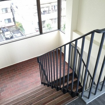 この階段を5階まで!!