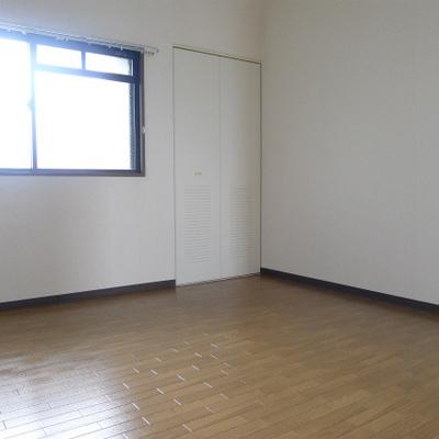 2つの個室にも収納が充実しています。