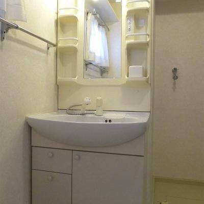 洗面所のスペースもゆったりあり、窓もついています!