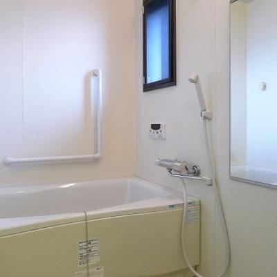 お風呂場にも窓が付いているのでとても明るいです。