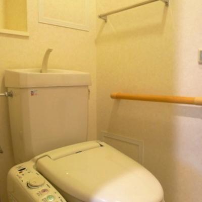 タオルハンガーや棚などトイレの設備も充実しています。