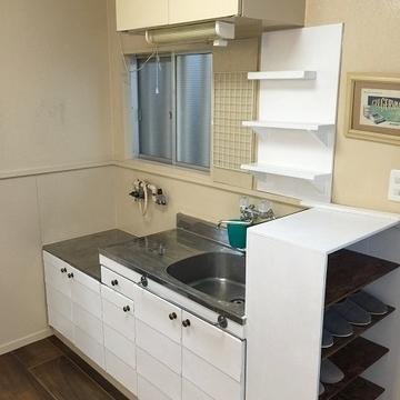 キッチンは置き式。引出も塗装されてます。