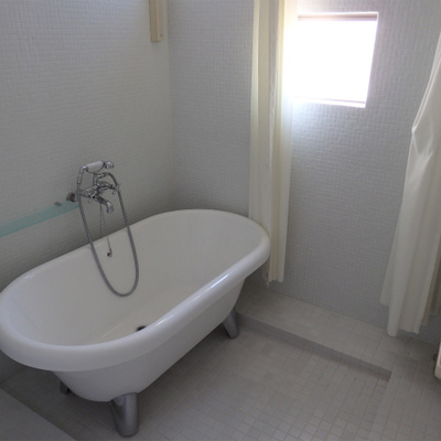 浴室は一体になっており、猫足のバスタブ