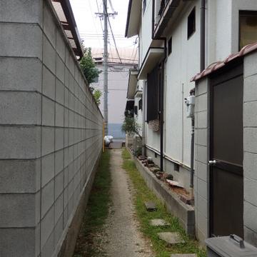 細い路地を入っていく隠れ家的アパート