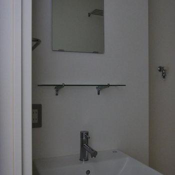 独立洗面台はコンパクト。※写真は通電前のものです