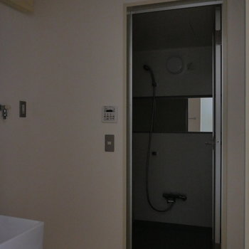 脱衣所です。洗濯機置場あります。※写真は通電前のものです