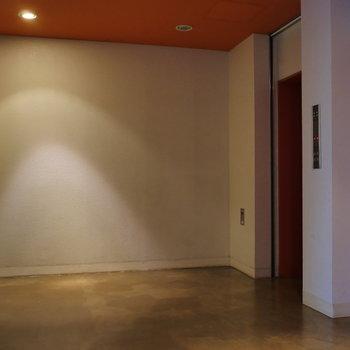 エレベーターホールにも、ポップグリーン。