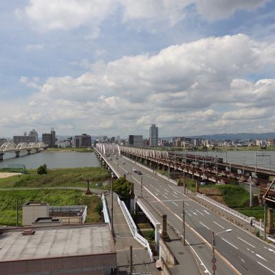 目の前には十三大橋。阪急電車が走る