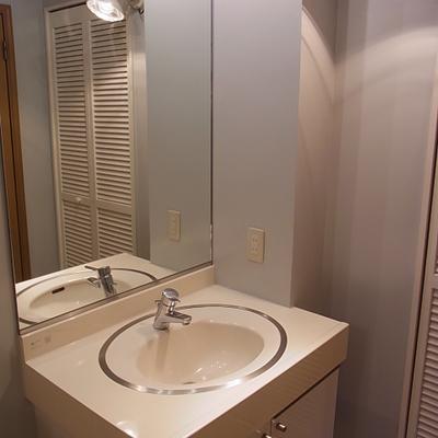 洗面台。ライトがおしゃれ。