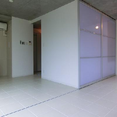 圧迫感のないスライドドア 、ロールスクリーンで仕切る。※写真は同じ間取りの3階のお部屋