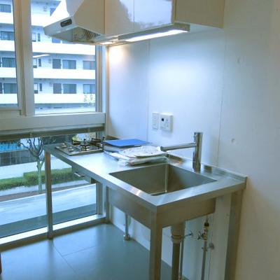 ステンレスのキッチン※画像は別室