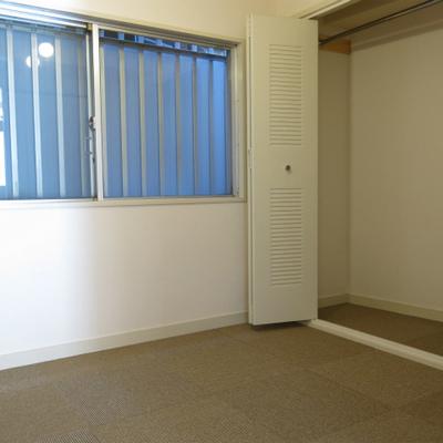 寝室はカーペット。収納もあり。