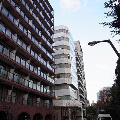 公園前の建物です
