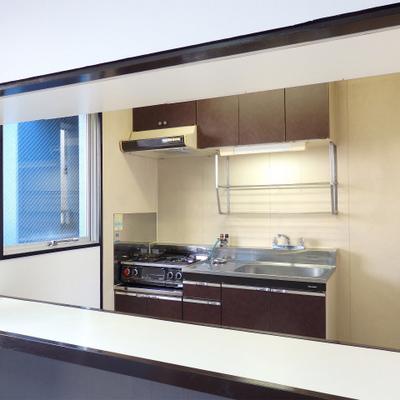 カウンターから見るキッチン。これいいなぁ