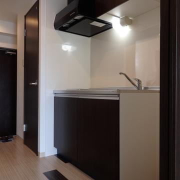 キッチンもお部屋に雰囲気に合わせて落ち着いた色合い。