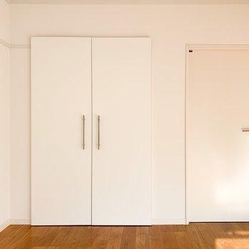 ドアの隣にも収納が!