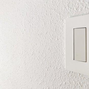 スイッチプレートも壁に合わせた白!