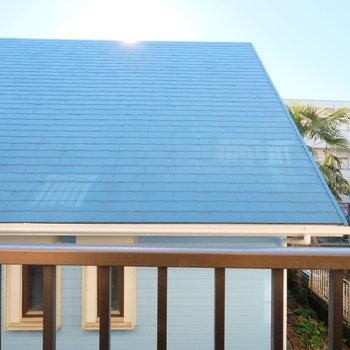 青い屋根の眺望!右側は戸建ての庭があって開けているので気持ちがいいですよ!