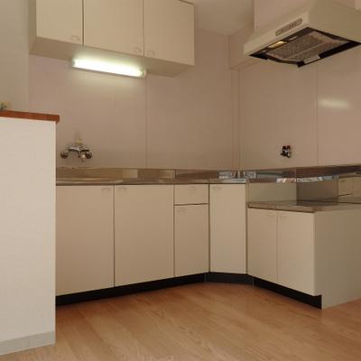 角にキッチンがあるので、移動距離が少なくて済みそう。