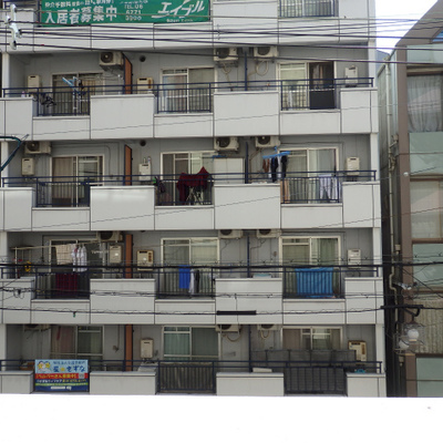 道路を挟んで正面には同じくらいの高さのマンションが。