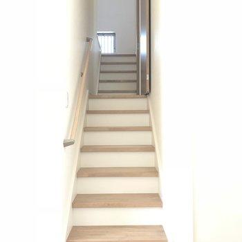 さて、階段上がっていきます