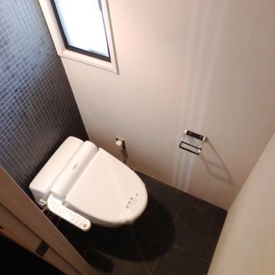 トイレの壁もタイルでおしゃれに。