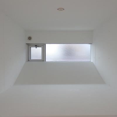 腰高の奥まったスペースに小窓。粋な演出