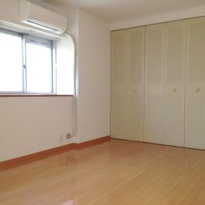 寝室です。引き戸の収納がしっかりついています。