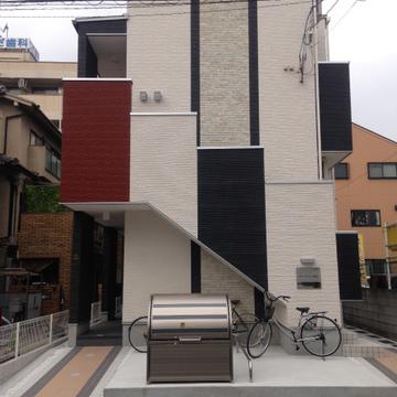 赤、黒、白。階段のデザインが面白い。