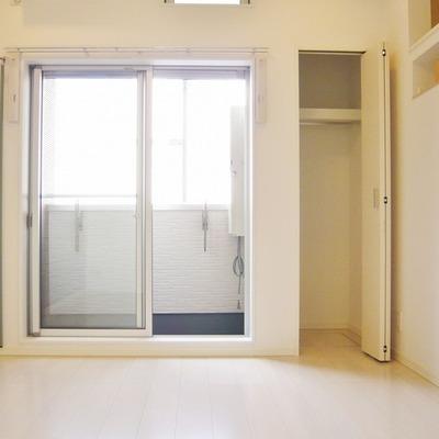シンプルなお部屋。窓にはシャッターがついていました!