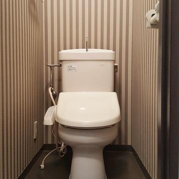 モダンなアクセントクロスのトイレ。