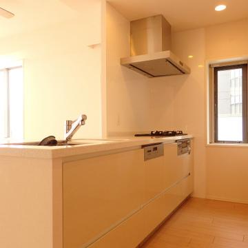 3口コンロで食洗機付き。換気もしやすくて便利なキッチンです。