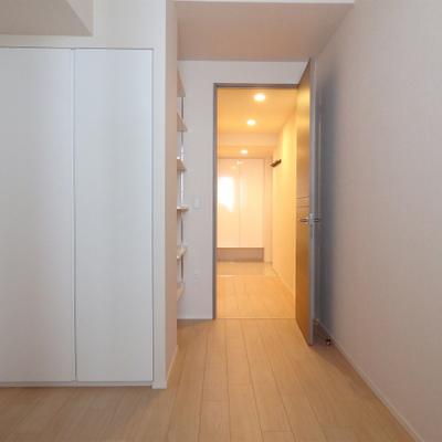 クローゼットと棚があるお部屋。