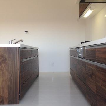 3口コンロのアイランドキッチン。右手奥に冷蔵庫を置けます。