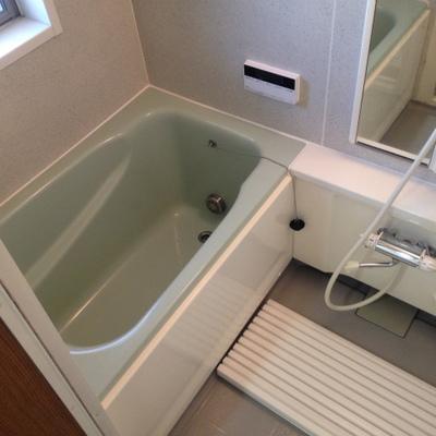 お風呂はあまり広くはないですね。