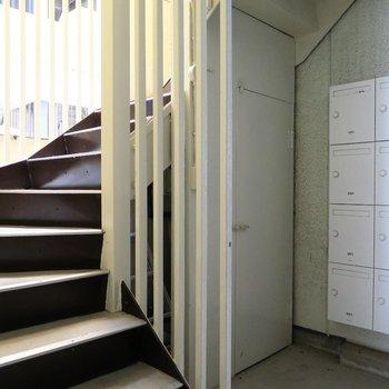新しくしたポストや塗り替えた階段部分がなんともいい感じ。