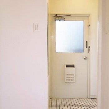 玄関は白タイルでとても素敵。