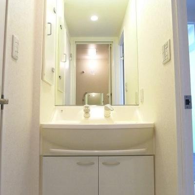 明るく大きい洗面台です。使いやすそう〜