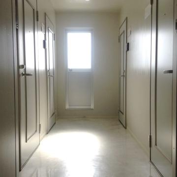 正面の扉が先ほどの共有ベランダです。お部屋は右手前の扉。