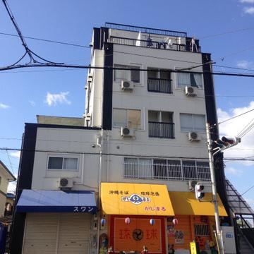 1階には沖縄そばのお店が入っています。