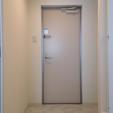 玄関扉もオフホワイト。