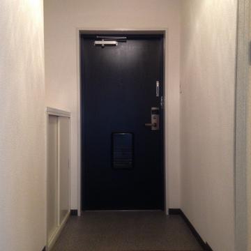 重厚感のある玄関扉はカードキーで開け閉めします。