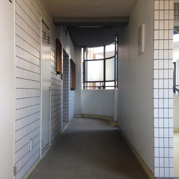 2階の角部屋になります。エレベーターは写真右手にあります。