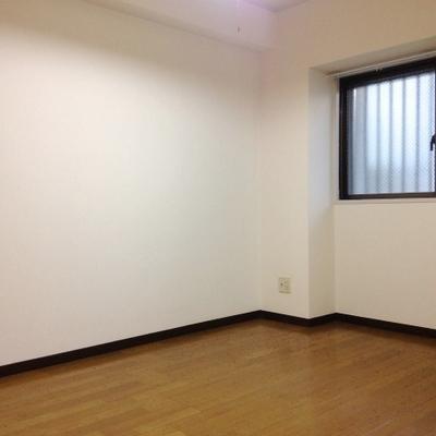 こちらのお部屋は5.5帖。