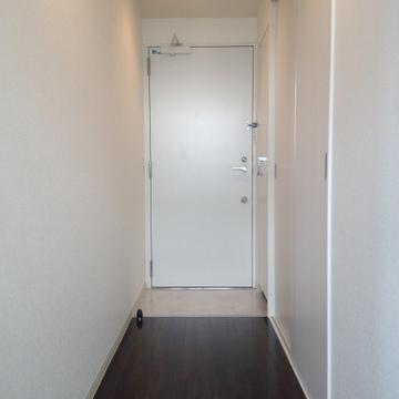 白い扉。シューズボックスも右手にあります。