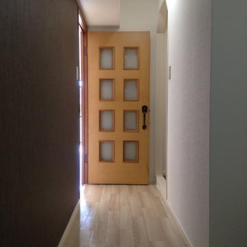 廊下部分にもアクセントクロスが施されています。