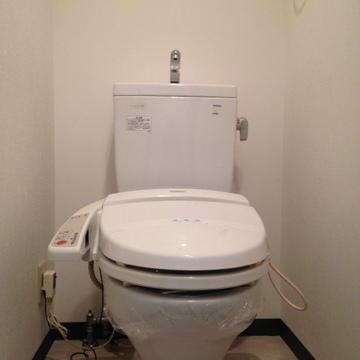 ウォシュレット付きのトイレ。ピカピカ。
