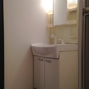 きれいなシャンプードレッサー付きの洗面台。