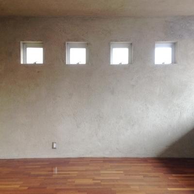 4つの小さな窓が行儀よく並んでいます。