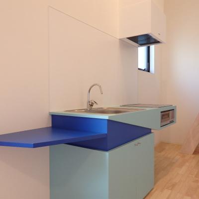2口のIHキッチンです。青って珍しいですよね。※写真は前回撮影時のもの